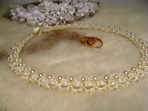 Свадебное ожерелье в технике фриволите с бисером.  Очень нежное свадебное ожерелье из жемчужных бусин и бисера...