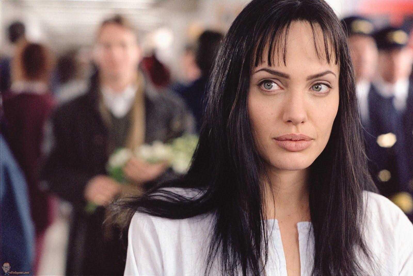 http://1.bp.blogspot.com/-nkMhPuETI-U/TmlWS-3GFMI/AAAAAAAADK0/lJnmzeV4Zio/s1600/Angelina_Jolie_beyond-borders-promo-020.jpg
