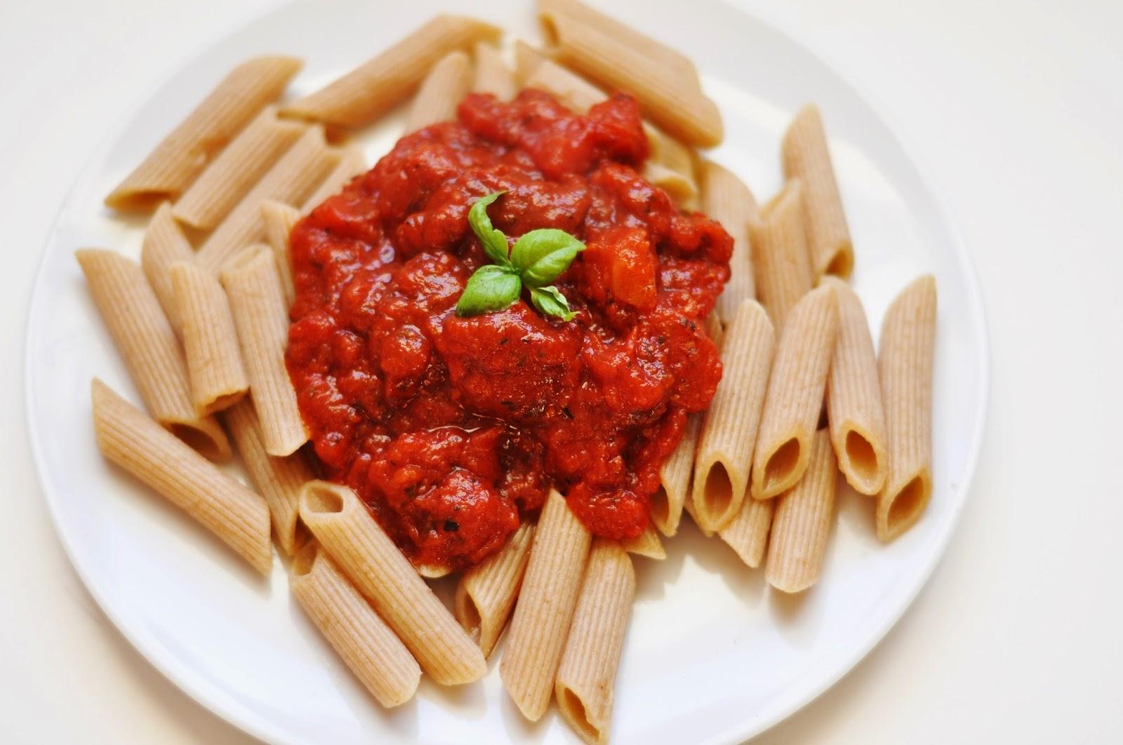Makaron z pomidorowym sosem