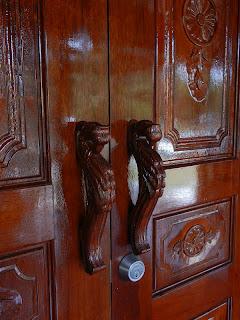 Pemegang pintu ini diperbuat daripada kayu juga. seperti tetupai
