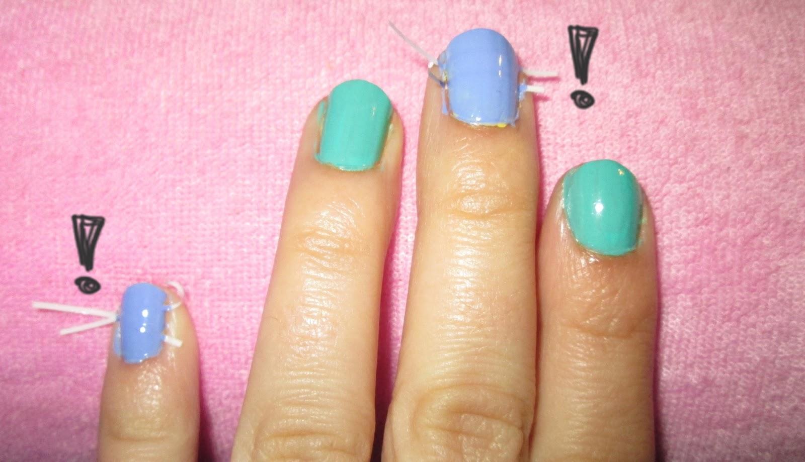 Pintamos todas las uñas con los otros dos esmaltes, alternando los colores,  sin importar si debajo hemos maquillado con el primer color o no (de esta  forma