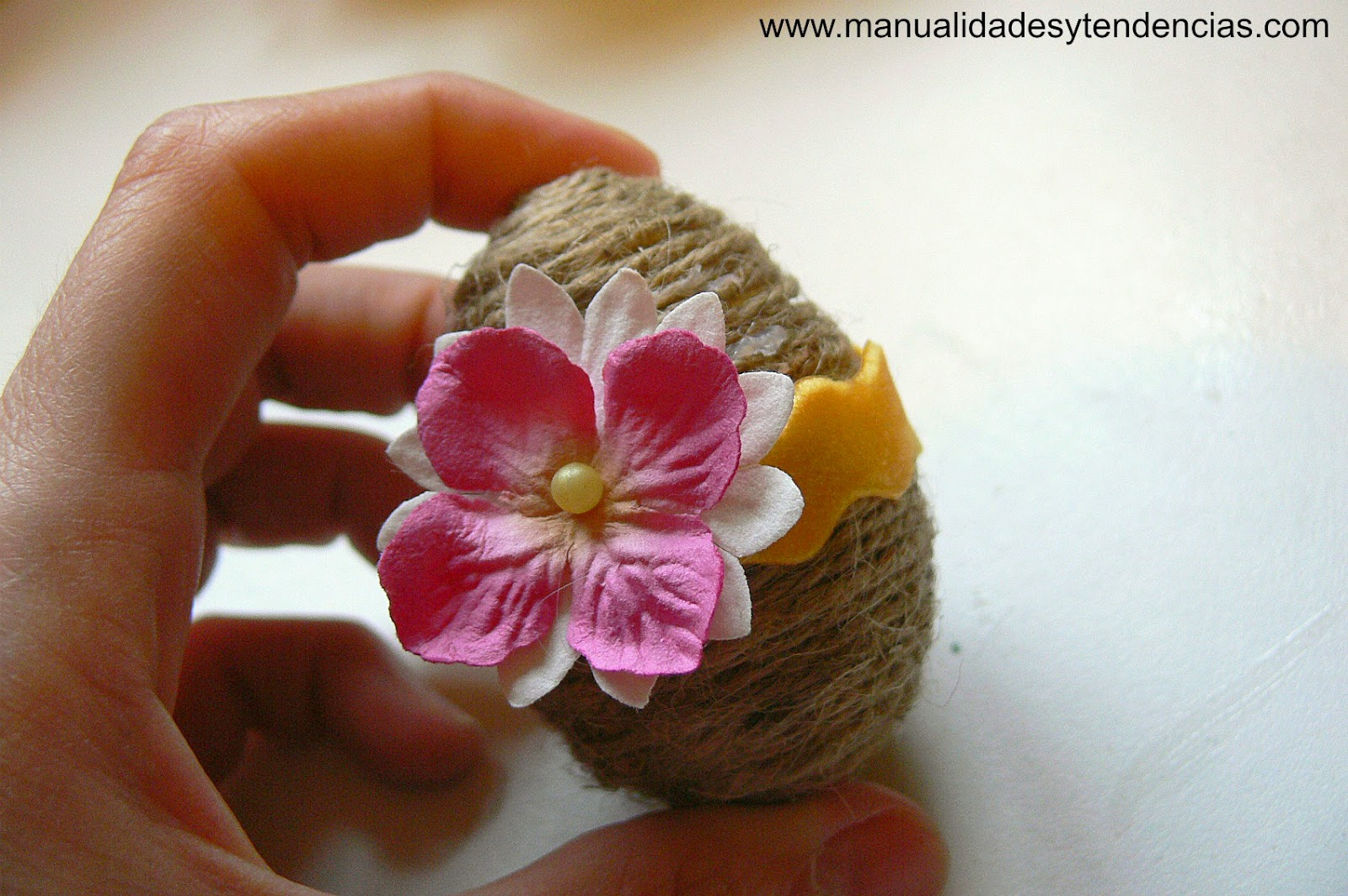 Huevo de Pascua decorado con flores