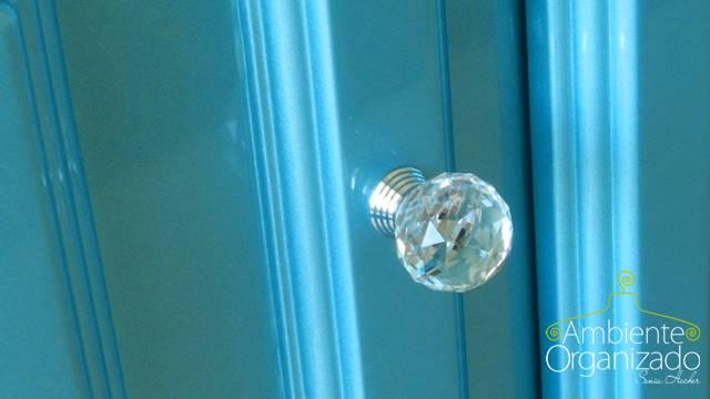 Puxador de cristal em balcão azul reformado