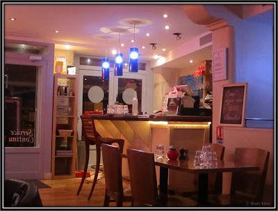 Bistro burger Paris Montorgueil bar banquettes bleues