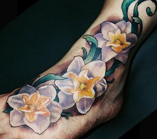 tatuaj cu narcise - tatuaj pe picior