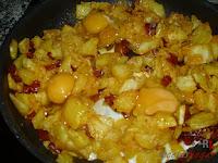 Huevos Rotos con Chorizo-añadiendo los huevos