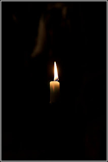 Ett ljus som brinner för alla som förlorat någon i cancer.