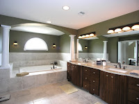 Decoracion de interiores de casas: Baño lujoso con cerámica, muebles café oscuro y pintura superior verde oscuro y techo blanco
