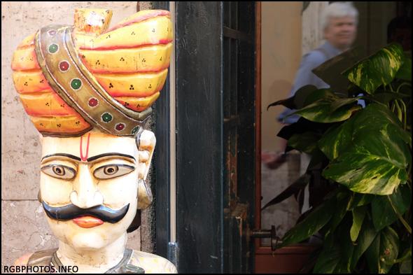 Fotografia di statua all'ingresso di un ristorante indiano