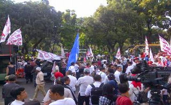 Ratusan Pendukung Prabowo-Hatta Mulai Serbu Gedung MK
