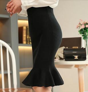 Falda ceñida hasta las rodillas con pliegues ondulados en la parte baja