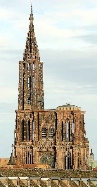 A catedral emerge entre os tetos da cidade