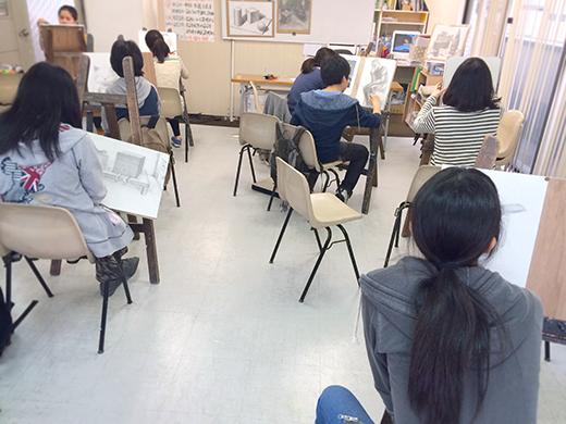 横浜美術学院の中学生教室 美術クラブ 新年度スタート課題「ある場所に置かれた立方体」授業風景4