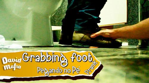 Pegando no Pé das Pessoas no Reservado do Banheiro - Pegadinha