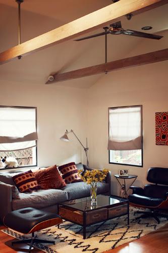 Ein-Raum-Haus in japanischem Mid-Century Design mit Designklassiker Eames Lounge Chair von VITRA
