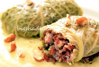 involtini di verza con riso rosso, salsiccia e nocciole