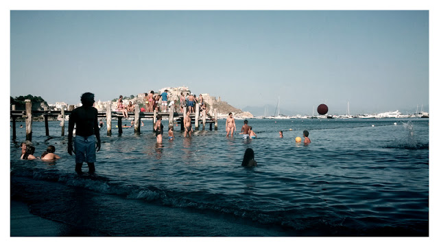 Giochi in acqua al mare