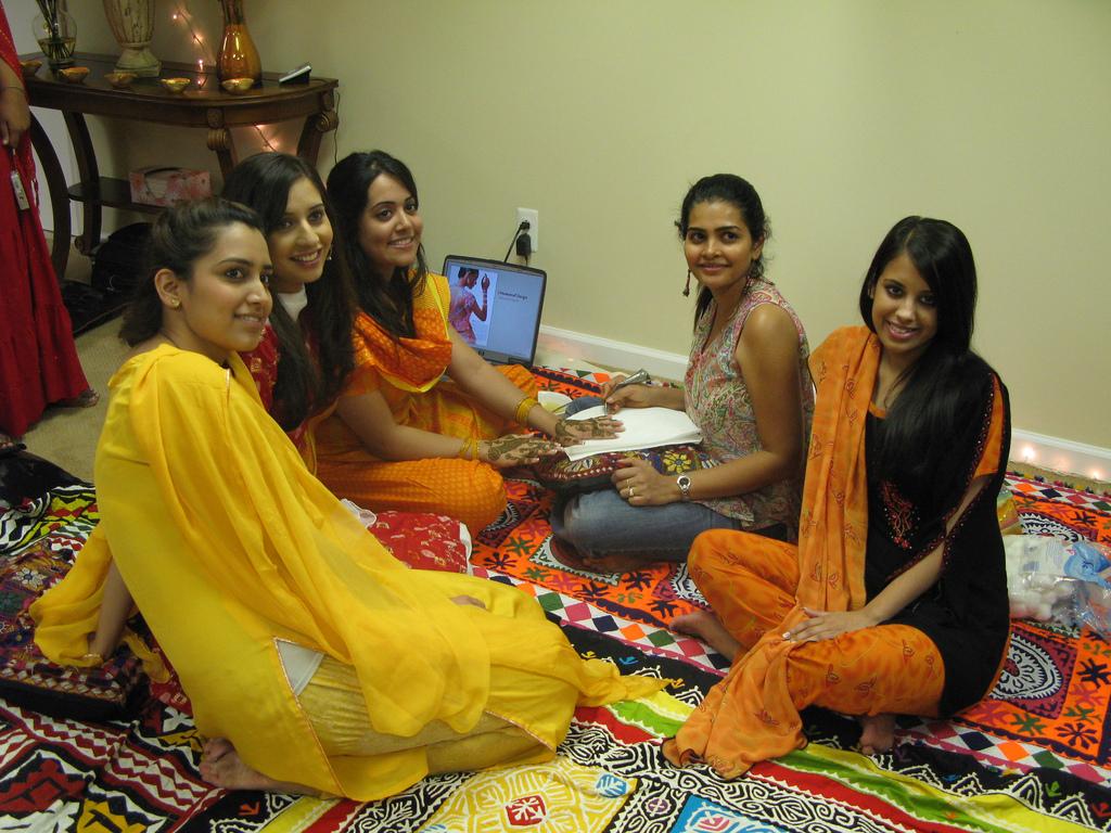 http://1.bp.blogspot.com/-no55Hlc1-s0/Tbps7a3M0jI/AAAAAAAAATw/b9HjNo_kanI/s1600/Cute-Pakistani-wows-wallpapers.jpg