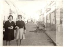 Juliana Benítez Rufo y Ángeles Bautista Rodríguez. Calle Alcoba (Circa 1980)
