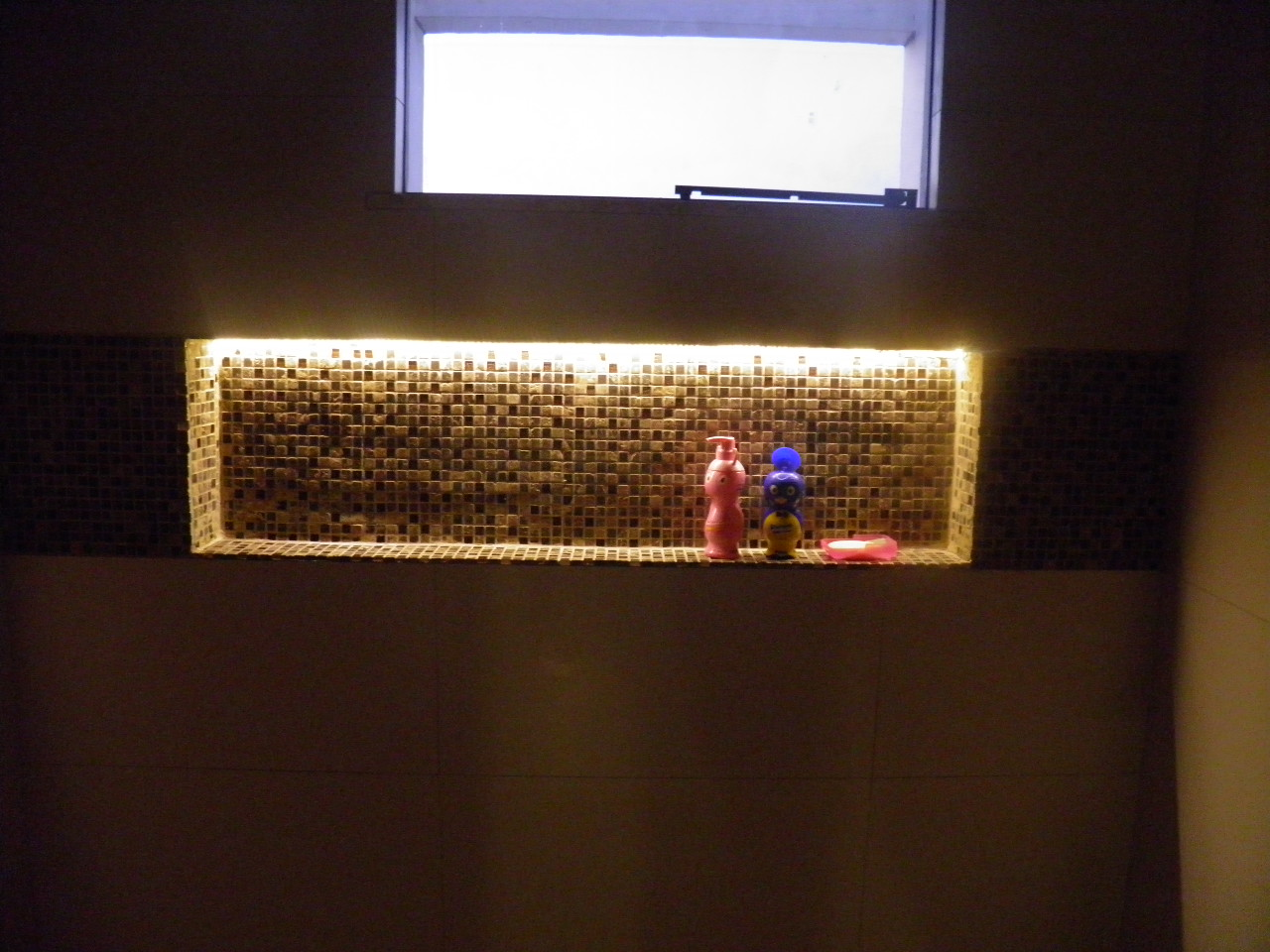 com cimento de amor!: Nicho do banheiro social iluminado com fita led #9B7530 1280x960 Banheiro Com Nicho Como Fazer