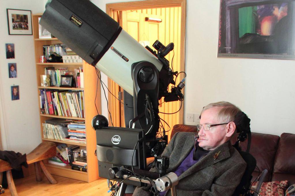 Stephen Hawking bên chiếc kính thiên văn 11 inch mới của mình.