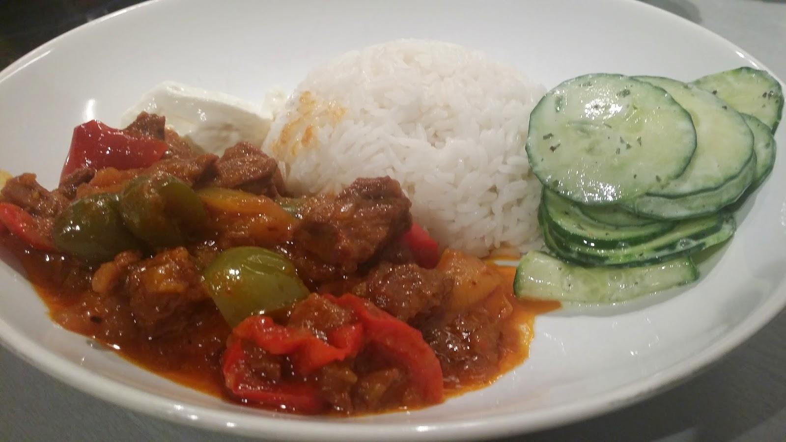 Runder goulash met rijst en een frisse komkommersalade | LeinKookt ...