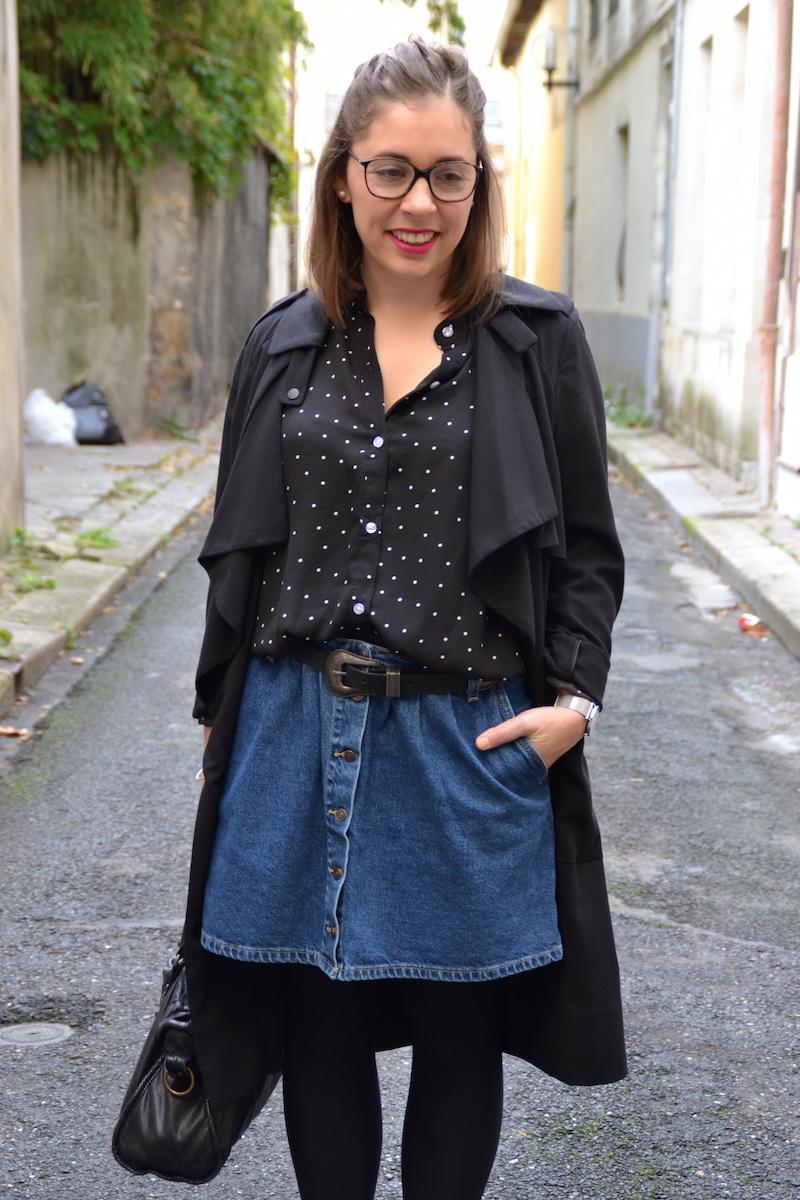 trench long noir H&M, chemise à pois Sheinside, jupe en jean boutonné Zara, ceinture pimkie, roshe run noir, city balenciaga, barette marbre, montre Cluse