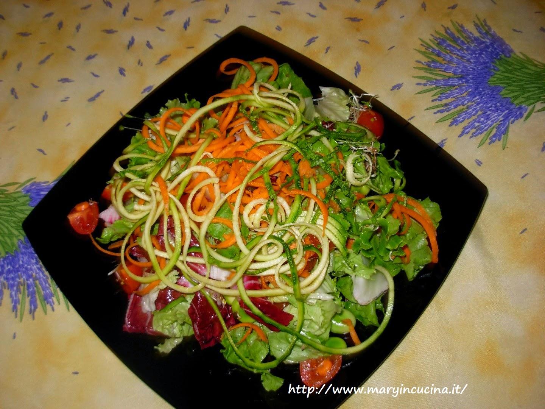 insalatona con spaghetti di zucchine e carote