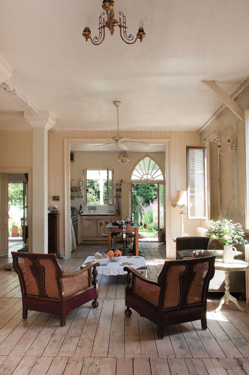 Shabby chic cream brown decorating ideas 2012 i heart for Cream and brown living room ideas