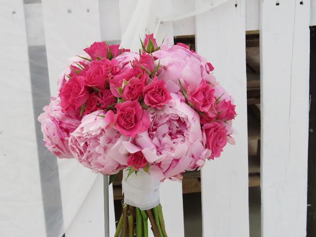 Me gusta de este ramo, la diversidad de flores que lleva, dan gran movimiento al bouquet. Las tonalidades suaves, para una novia romántica.