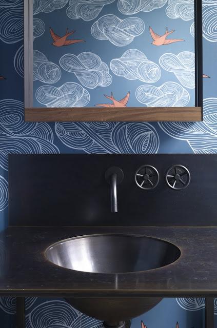 Дизайн ванной комнаты с облаками и птицами