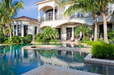 Luxusvilla mit pool  Traumhäuser & Luxus-Immobilien: Luxus-Villa mit großer Pool-Landschaft
