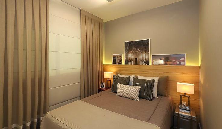 Painel de madeira com iluminação embutida em quarto de casal pequeno
