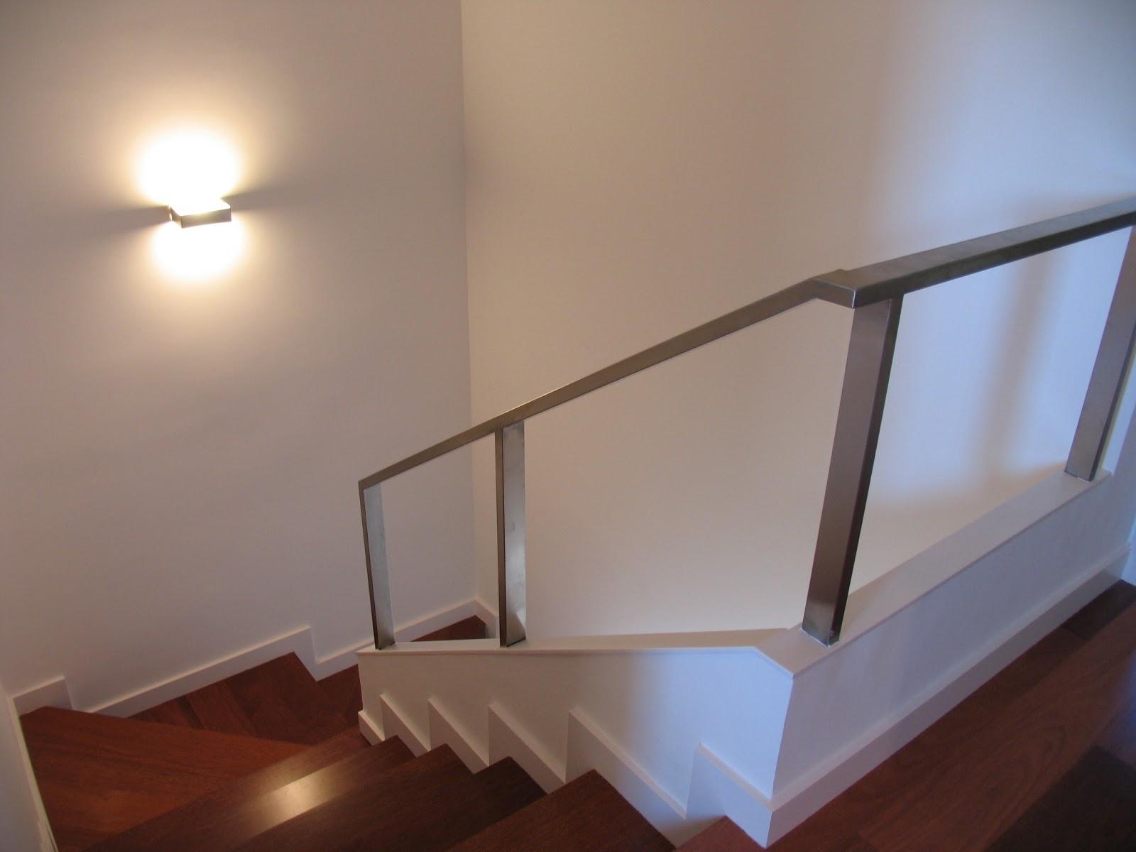 Atrebte pujol iluminaci n a ade a su familia apolo el for Apliques de led para escaleras
