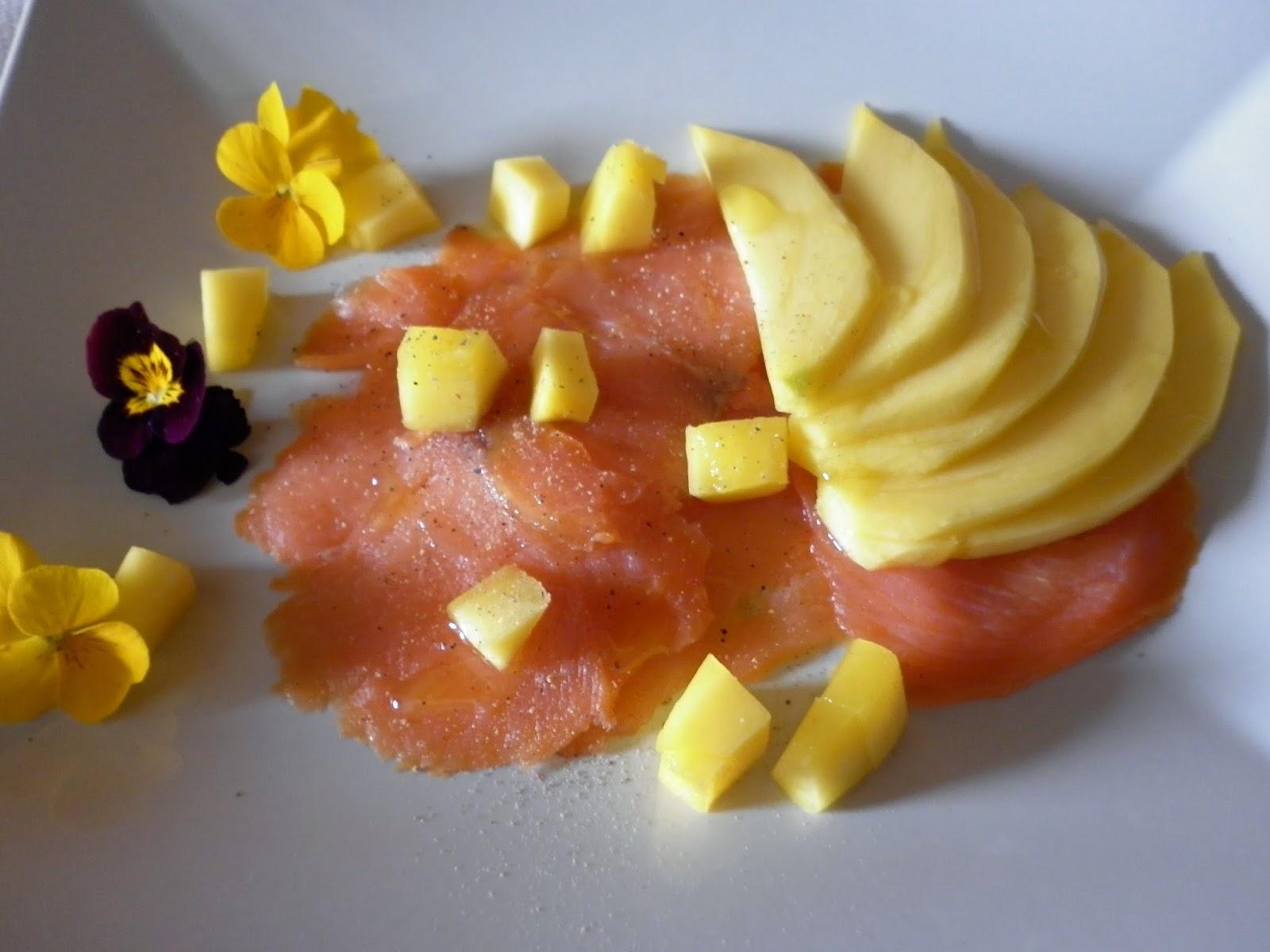 salmone affumicato aromatizzato all'olio di mandarino  con cubetti di mango