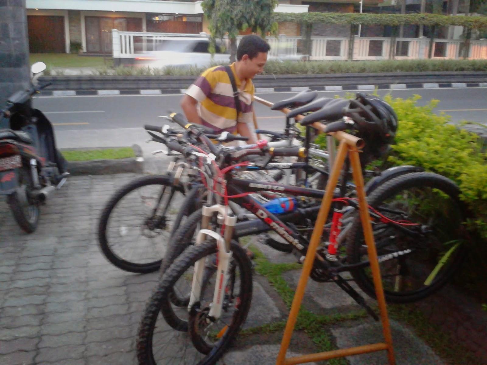 Fasilitas parkir sepeda di Le Waroenk