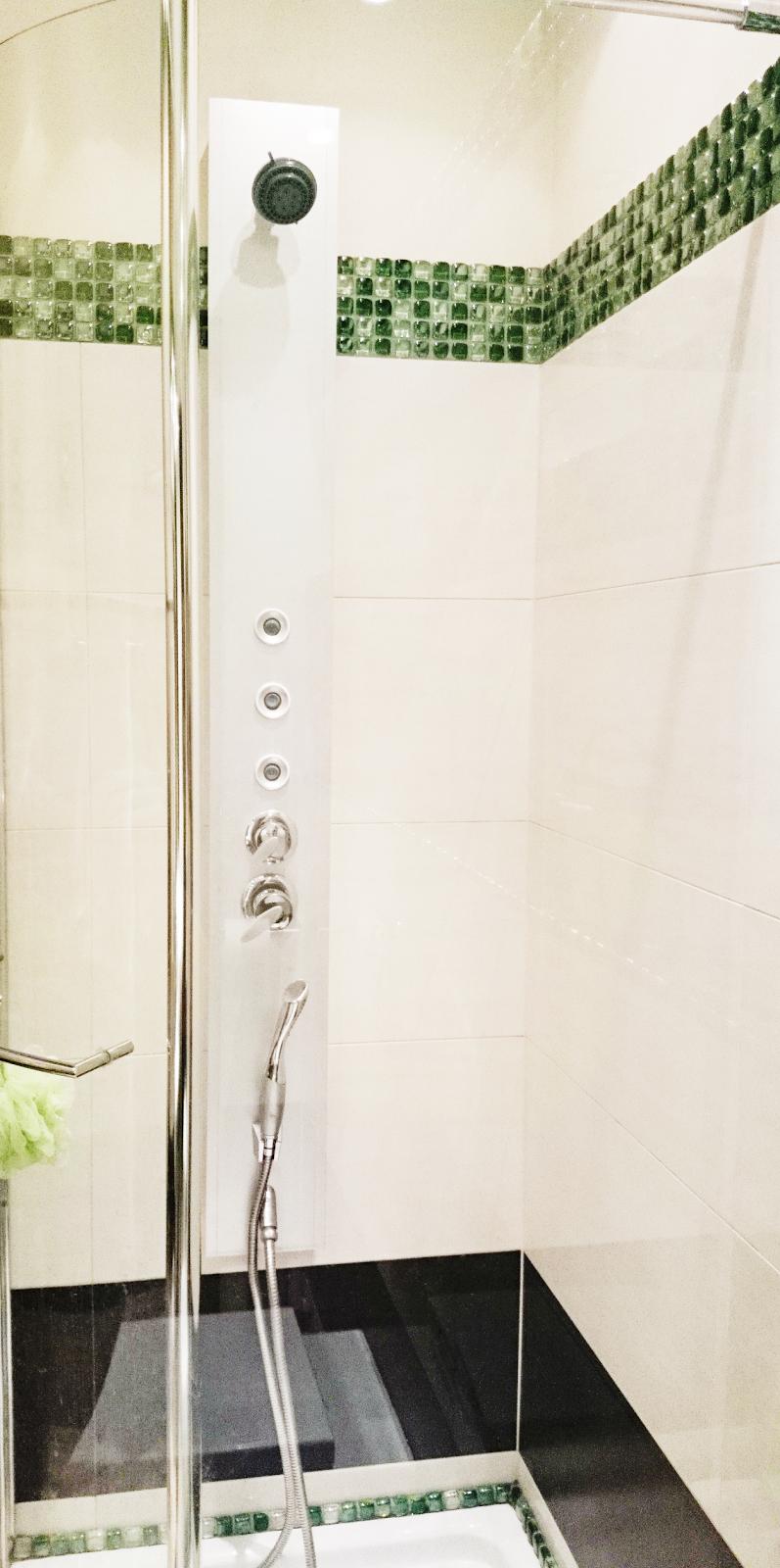 kabina walk in,wygodna kabina,łazienka w kolorach zieleni,zielona łazienka,moziaka w łazience,panel prysznicowy