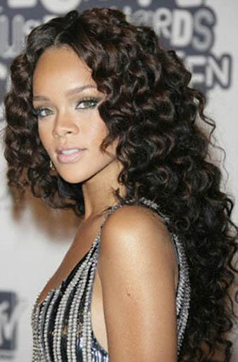 Rihanna Koyu Kahve Çok Uzun Kıvırcık Saç Modeli