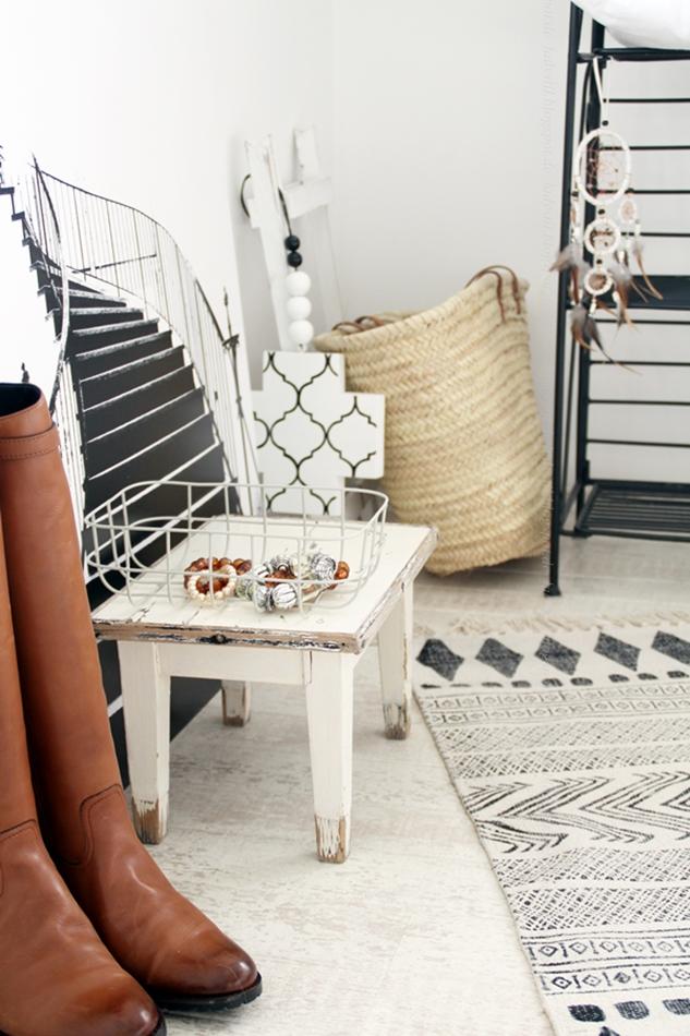 Schlafzimmer Deko In Weiß Schwarz Holz Körbe Und Kleine Hocker Treppenbild  Ibizakorb