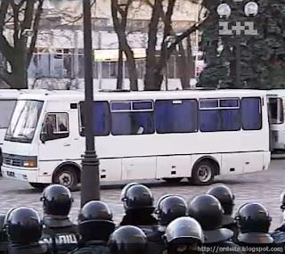 """Автобусы с """"Беркутом"""" заблокировали в Василькове"""