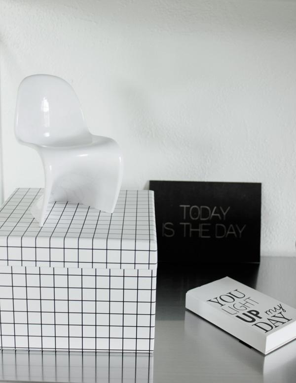 pantone stol, miniatyrstol, inredning pantone, inreda med pappersboxar, pappersbox svart och vit, tändstickor, svart och vitt fodral