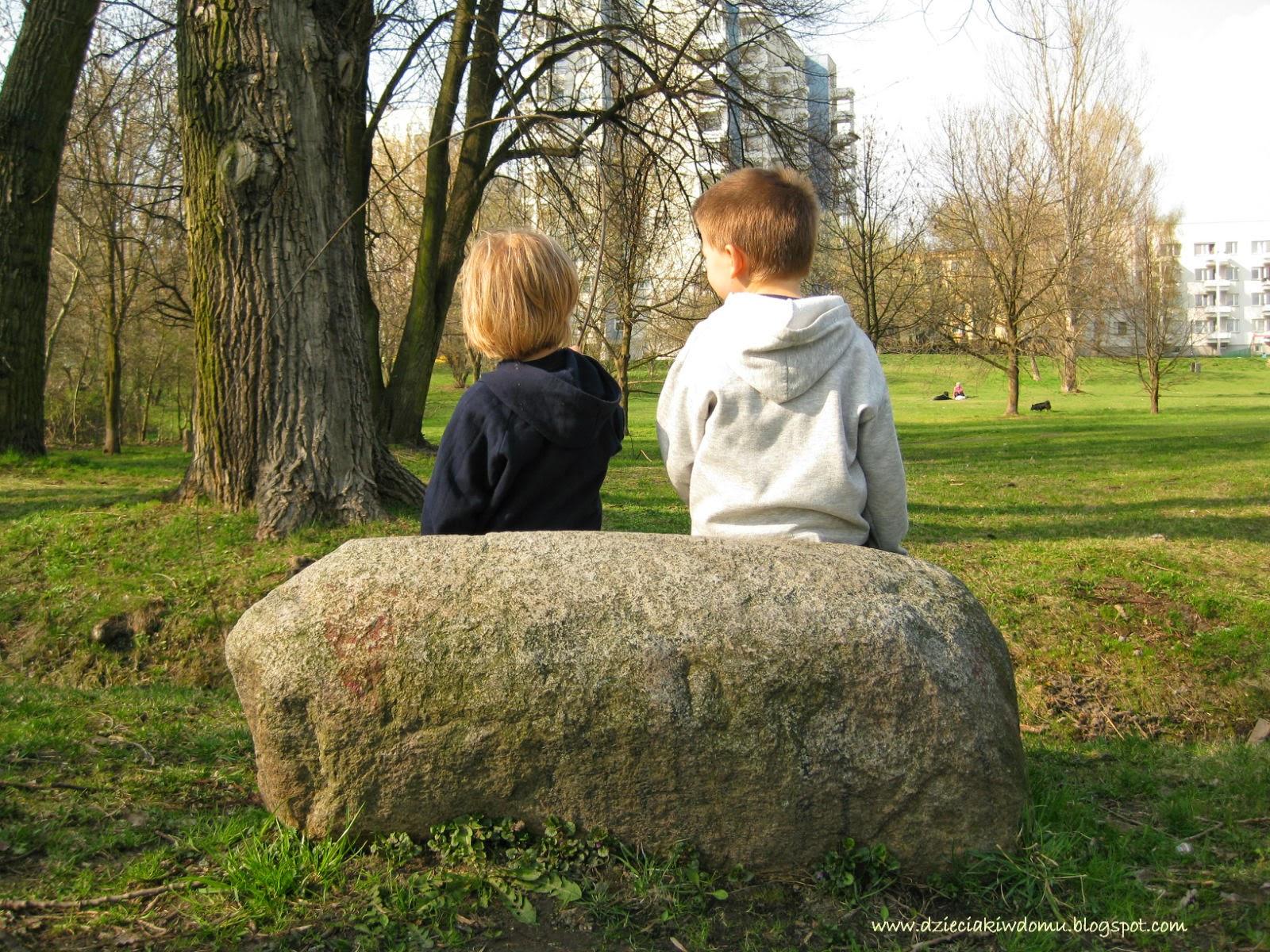 spacer z dziećmi, edukacyjne zabawy podczas spaceru