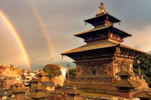 Esta es un vista del palacio Dhoka, una tarde con un hermoso arco iris.