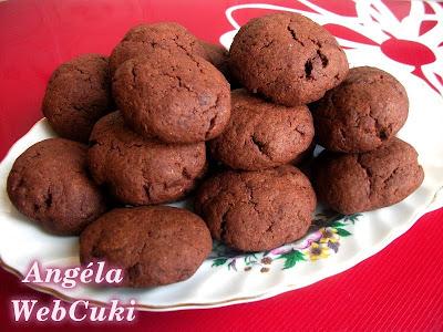 A Nagyon csokis kekszek receptből, nagyon finom, csokoládédarabkákkal töltött csokoládés kekszeket lehet sütni. Csokis.