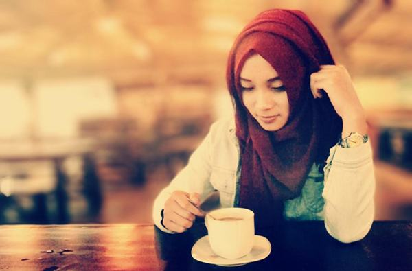islamic girl with coffee
