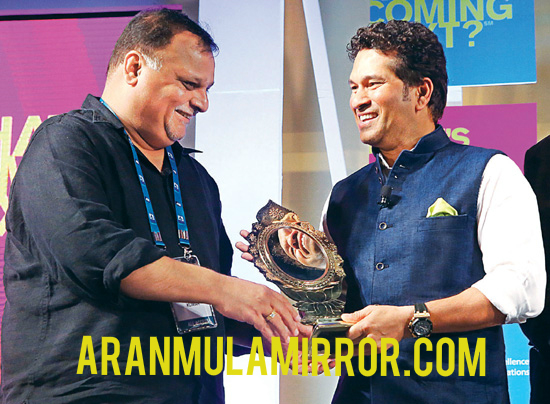 Sachin Tendulkar with Aranmula Kannadi ( Aranmula Mirror)