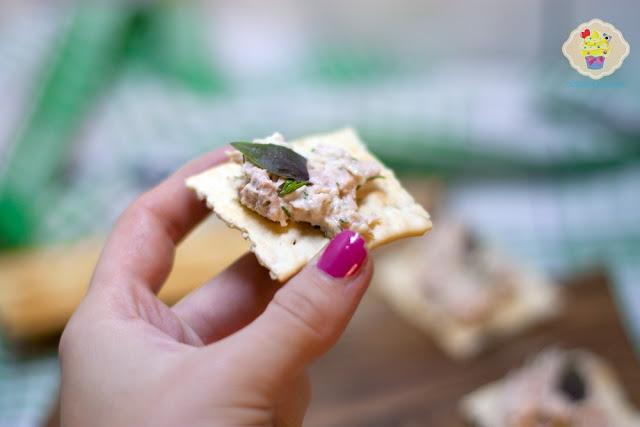 pasta z tuńczyka, pasta tuńczykowa, pasta z tuńczykiem i majonezem, krakersy z pastą, krakersy z pastą tuńczykową