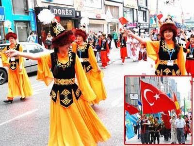 Türk kızları resmi geçitte