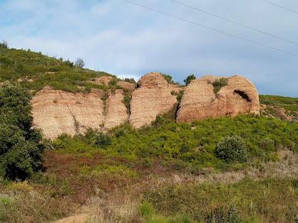 Conglomerats i gresos vermells del Bundsandstein, triàsic inferior, a la Serra de l'Ataix