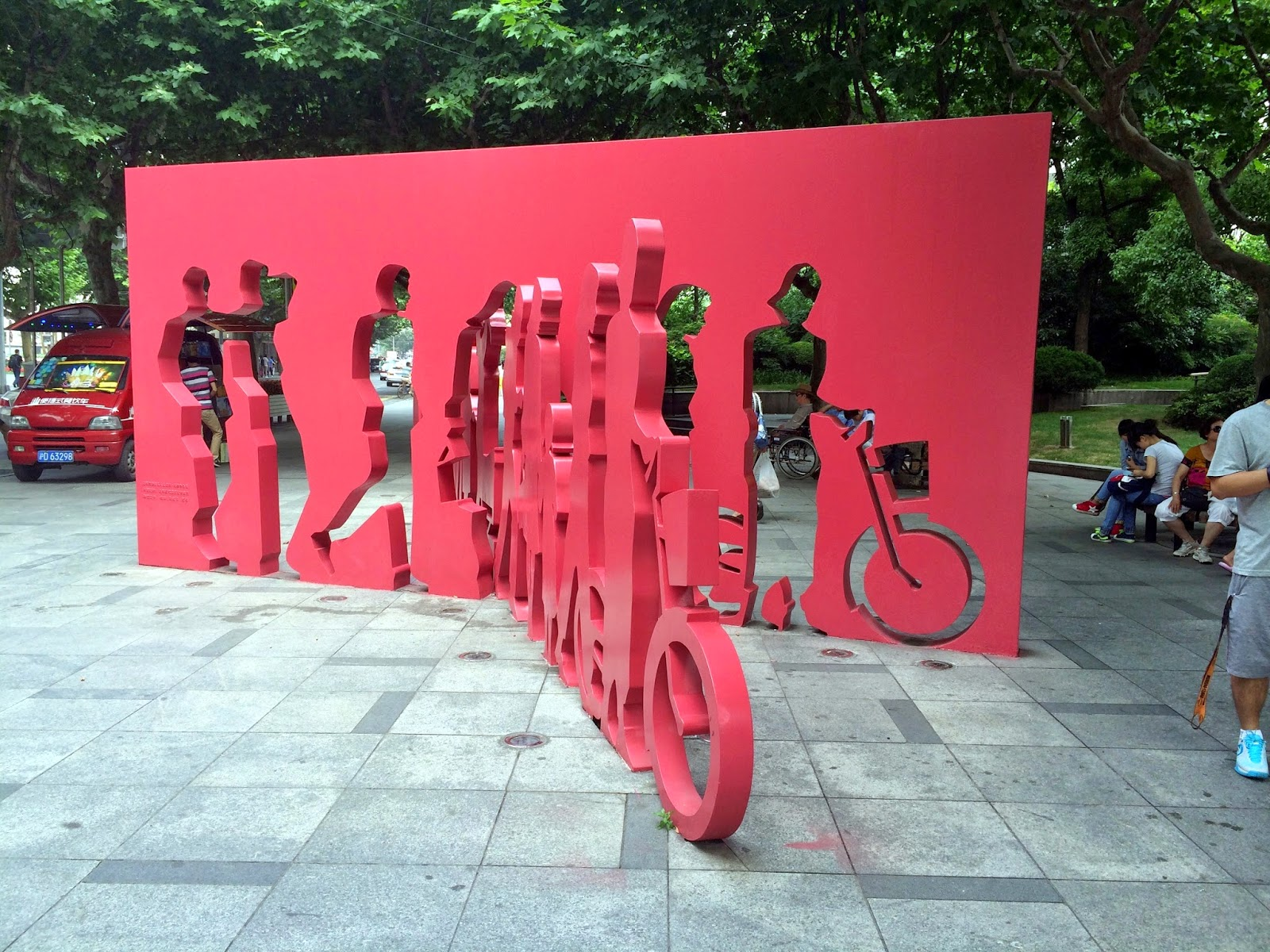 Stor midlertidig kunst på et gadehjørne